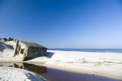 Blauw strand en sommige ruïnes. Royalty-vrije Stock Afbeeldingen