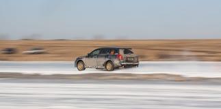 Blauw Subaru Legacy op ijsspoor Royalty-vrije Stock Fotografie