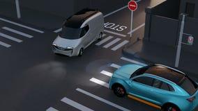 Blauw SUV vermijdt een ongeval van minivan bij kruispunt stock video