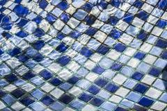 Blauw tegelpatroon in de pool met duidelijk water Stock Foto's