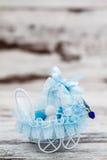 Blauw Toy Baby Carriage Prepared als Gift voor Babydouche stock foto's
