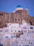 Blauw uur in Astypalaia, Griekenland met dichte omhooggaand van het kasteel stock afbeelding