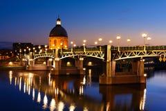 Blauw uur bij de brug van Toulouse, Toulouse, Frankrijk Stock Afbeeldingen