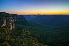 Blauw uur bij het vooruitzicht van de govettssprong, blauwe bergen, Australië 29 stock foto