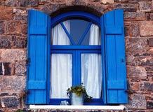 Blauw venster en blind, Kreta, Griekenland. Stock Foto