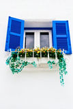 Blauw venster op de Witte muur Stock Foto
