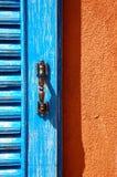 Blauw venster op oranje muur Royalty-vrije Stock Foto's