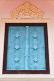 Blauw venster tegen witte muur, Thailand Stock Afbeelding