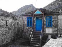 Blauw venstersplattelandshuisje met mountais op de achtergrond royalty-vrije stock foto