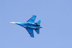 Blauw vliegtuig in blauwe hemel Royalty-vrije Stock Fotografie