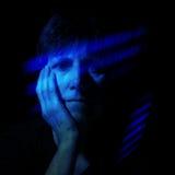 Blauw voelen - oudere vrouwen in blauwe schachten van lichteffect Royalty-vrije Stock Foto's