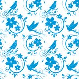 Blauw vogels en bloesems naadloos patroon Stock Fotografie