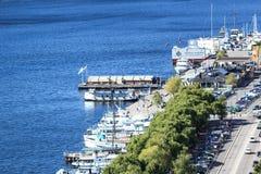 Blauw water en witte jachten van Stockholm Stock Fotografie