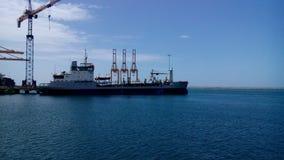 Blauw water met gedokt schip Royalty-vrije Stock Foto