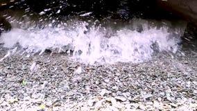 Blauw water op kiezelstenen stock footage