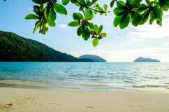 Blauw water van het oceaan en witte zand bij Mu Koh Surin, Similan-Eilanden, Thailand Stock Foto's