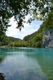 Blauw water van meer in nationaal park, Kroatië stock foto's
