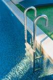 Blauw water zwembad stock afbeelding