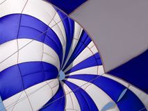 Blauw-wit parasail royalty-vrije stock afbeeldingen