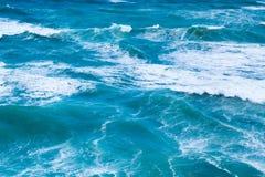 Blauw zeewater met golven en wit schuim, achtergrond Stock Foto's