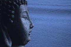 Blauw Zen Buddha en Water stock afbeelding