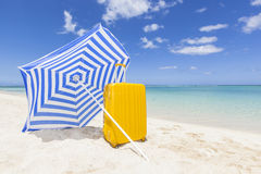 Blauw zonnescherm met geel karretje Royalty-vrije Stock Fotografie