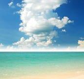 Blauw zonstrand van het hemel en de overzeese zand Stock Foto