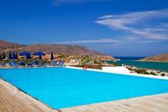 Blauw zwembad bij Baai Mirabello Royalty-vrije Stock Foto's