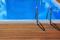 Blauw zwembad met teak houten bevloering Royalty-vrije Stock Afbeeldingen