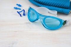 Blauw zwemmend materiaal op houten achtergrond Het concept van de sport royalty-vrije stock afbeeldingen