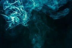 Blauwachtig-groene rook Stock Foto