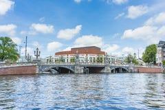 Blauwbrug (blå bro) i Amsterdam, Nederländerna Arkivbilder