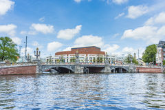 Blauwbrug (pont bleu) à Amsterdam, Pays-Bas Images stock