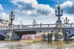 Blauwbrug (ponte azul) em Amsterdão, Países Baixos Fotos de Stock Royalty Free