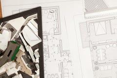 Blauwdrukken en 3D plannen op architectenlijst Royalty-vrije Stock Foto