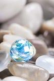 Blauwe aarde met glasstenen stock foto