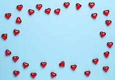 Blauwe achtergrond met hartenkader Stock Afbeelding