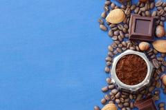 Blauwe achtergrond met koffie, chocolade, noten royalty-vrije stock afbeeldingen