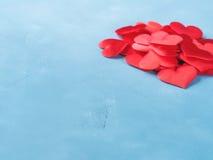 Blauwe achtergrond met rode harten voor liefdeconcept Stock Foto