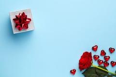 Blauwe achtergrond met roze en hart stock foto