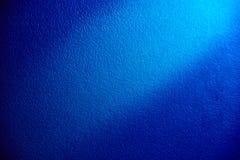 Blauwe achtergrond met witte gloed in het midden stock foto