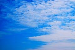 Blauwe achtergrond 171101 0006 van hemel witte wolken Stock Fotografie