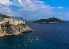 Blauwe Adriatische wateren van Kroatische kust met kayakers Royalty-vrije Stock Foto