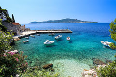 Blauwe adriatric kust met boten stock afbeeldingen