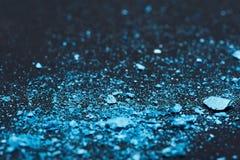Blauwe afgebrokkelde Oogschaduwstukken stock foto