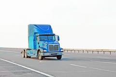 Blauwe Amerikaanse vrachtwagen op weg Stock Fotografie