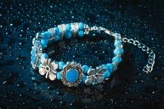 Blauwe armband met dalingen van water Stock Foto