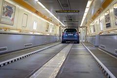 Blauwe auto aan boord van Eurotunnel-trein die het UK en Fran verbinden royalty-vrije stock foto