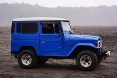 Blauwe auto in bromo Stock Fotografie