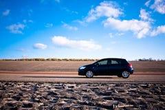 Blauwe auto die zich op weg bevindt Royalty-vrije Stock Fotografie